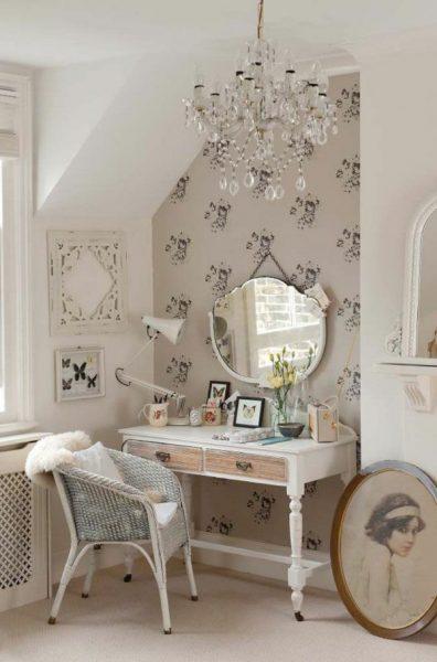 Зеркало и стол с ящиками