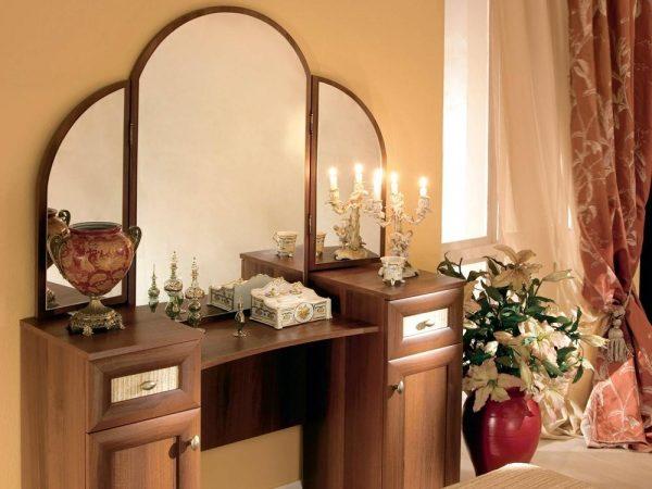 Деревянный туалетный столик