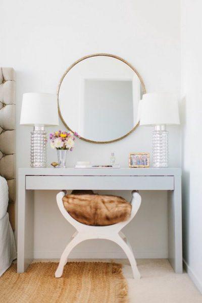 Навесное зеркало и стол