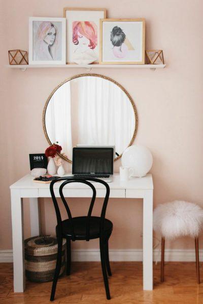 Зеркало и стол