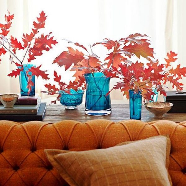 Ветки красных листьев в вазе