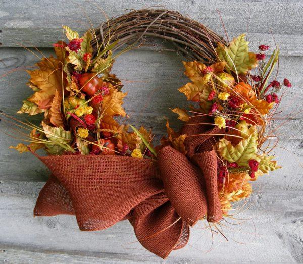 Осенний венок из листьев и веточек