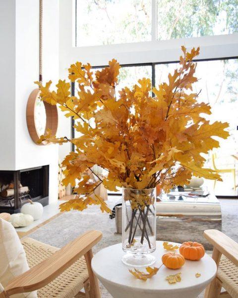 Ветки жёлтых листьев в вазе