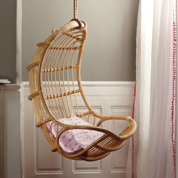 Вытянутое узкое кресло