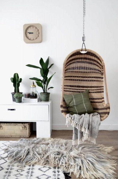 Кресло с подушкой и пледом