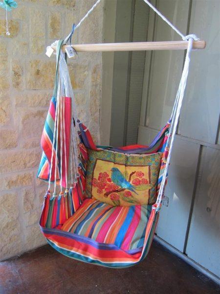 Тканевое кресло с подушками