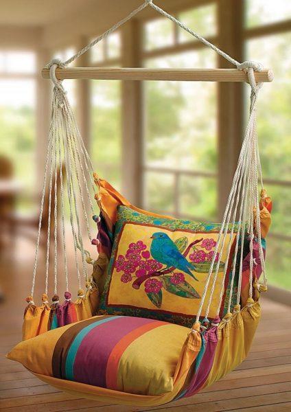 Яркие подушки на кресле