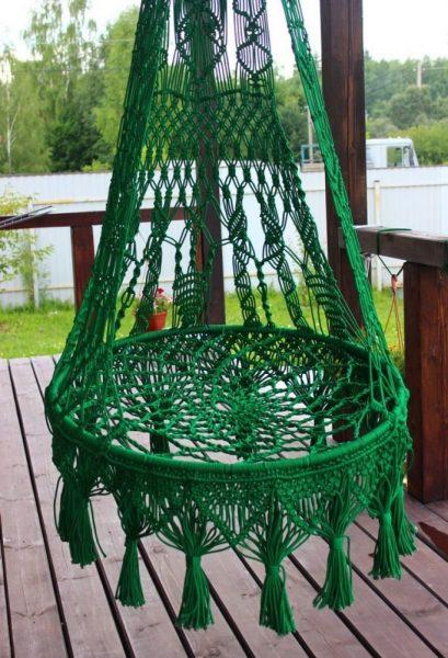 Зелёное плетёное кресло