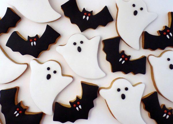 Печенье в виде привидений и летучих мышей