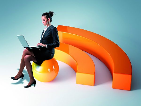 женщина сидит с ноутбуком