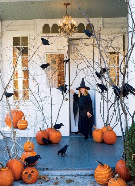 Украшение входной двери воронами