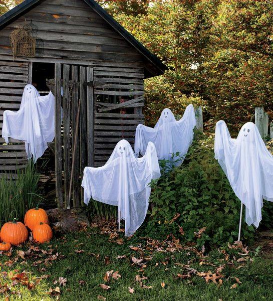 Привидения около старого сарая