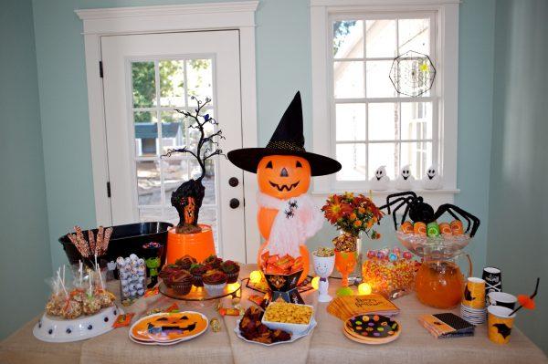 Яркий стол со сладостями