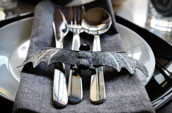 Летучая мышь на столовых приборах