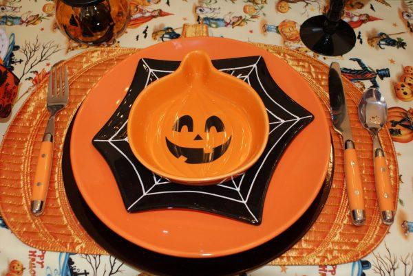 Тарелки в виде паутины и тыквы