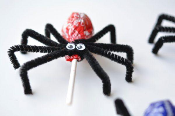 Паук с конфетой