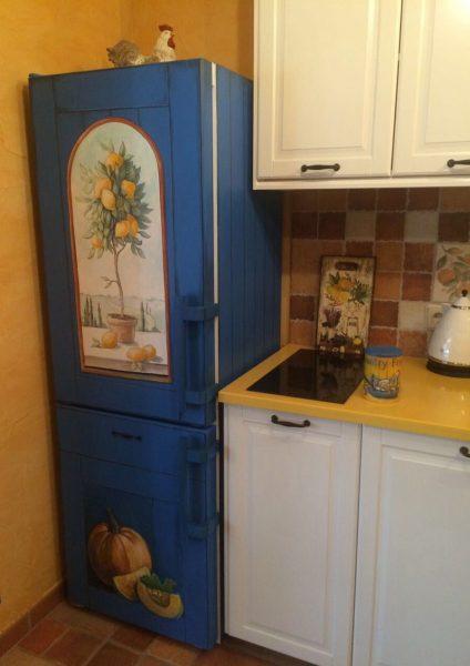 Холодильник в синем цвете