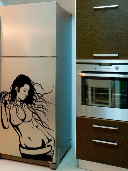 Девушка на холодильнике