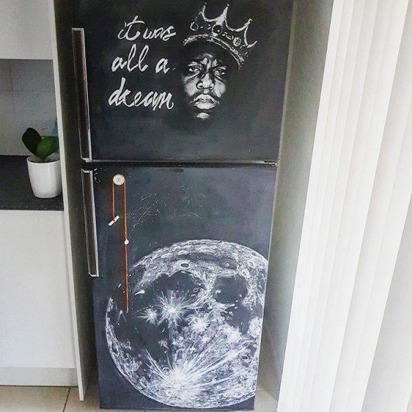 Рисунки мелом на холодильнике