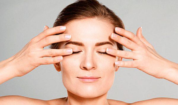 Легко погладить подушечками пальцев кожу вокруг глаз
