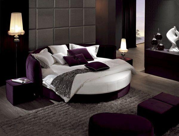 Круглая кровать с бархатными акцентами