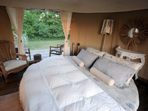 Круглая кровать с подушками