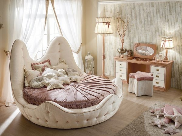 Винтажная круглая кровать