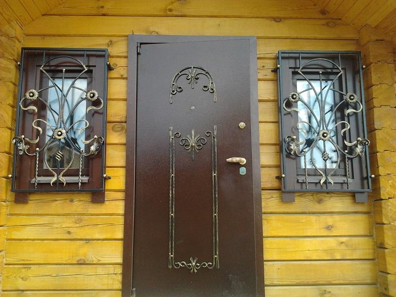 Металлические двери и решетки на окнах